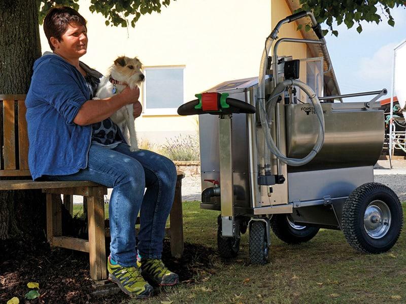 MilchMobil mti Hund und Landwirtin beim Entspannen